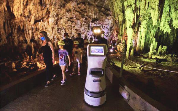 سیاحوں کو سیر کرانے اور 33 مختلف زبانیں بولنے والا روبوٹ